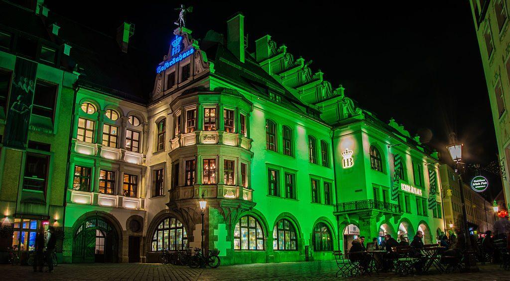 grünes Hofbräuhaus in München zum St. Patricks´s Day 2016